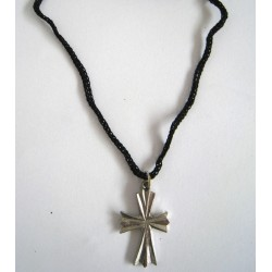 Přívěsek křížek se šňůrkou.