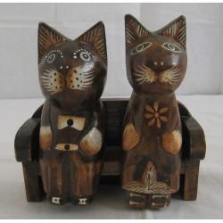 Sedící kočky na sedačce 17cm